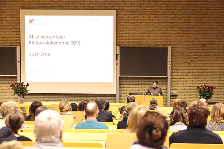 Die Dekanin des Fachbereichs Sozialökonomie, Frau Prof. Dr. Gabriele Löschper, verabschiedet die AbsolventInnen des Bachelorstudiengangs Sozialökonomie.